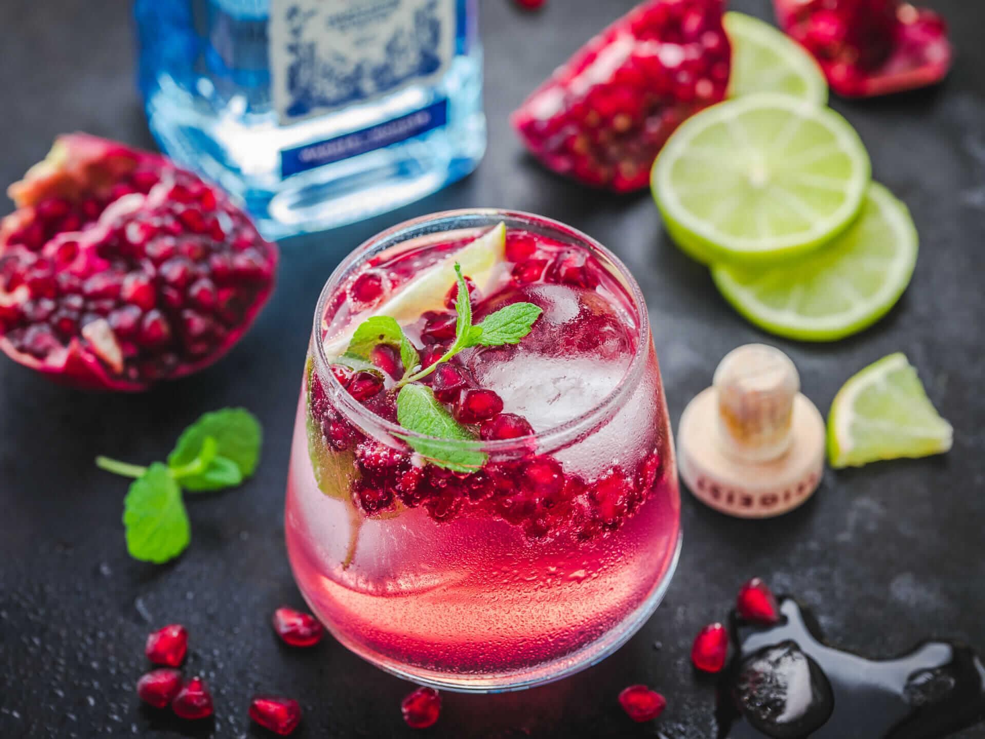 Cocktail bestehend aus Granatapfelsaft, Limette, Minze und Von Hallers Gin